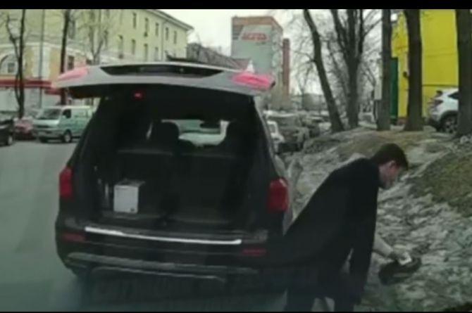 Хрущева уволить: во Владивостоке единоросса исключили из партии за выброшенную канистру