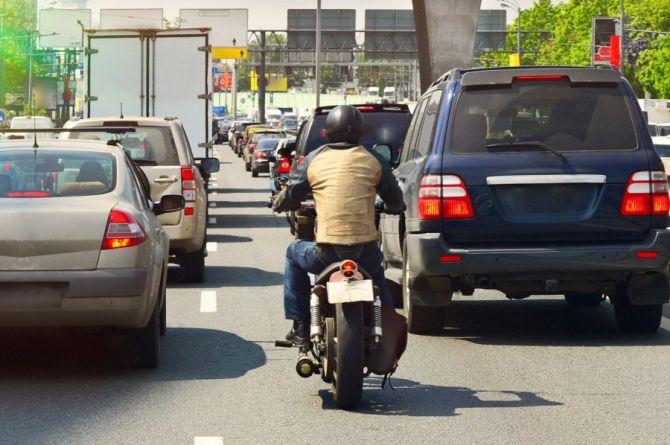 Мотоциклистам могут запретить лавировать между рядами