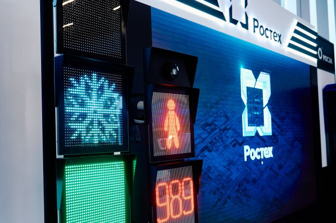 В Нижнем Новгороде презентовали новый светофор: он умеет показывать погоду и распознавать лица