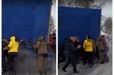 Русь: в Сибири водители своими руками передвинули застрявшую в снегу фуру