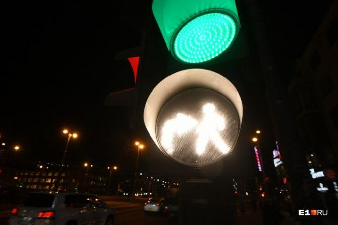 В Екатеринбурге появились новые светофоры, предупреждающие водителей о пешеходах