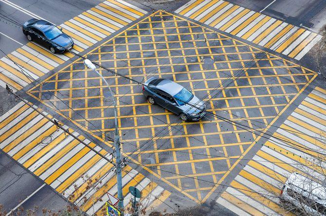 На семи московских перекрёстках появится «вафельная» разметка