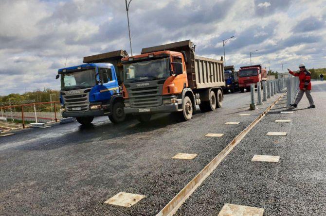 Шесть КамАЗов весом в 210 тонн: в Реутове провели испытания путепровод