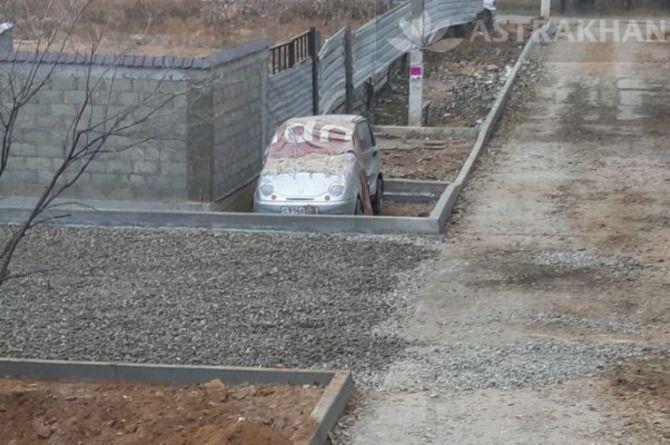 «Зато не угонят»: в Астрахани дорожные рабочие «замуровали» автомобиль