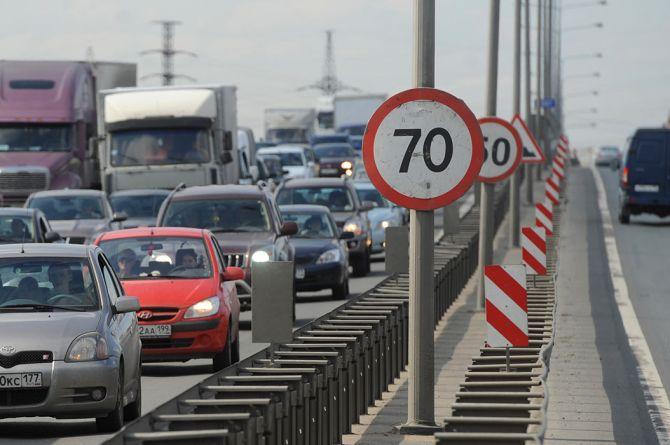 Нештрафуемый порог, проекционные переходы и имитаторы спецсигналов: в правительстве обсуждают усиление безопасности на дорогах