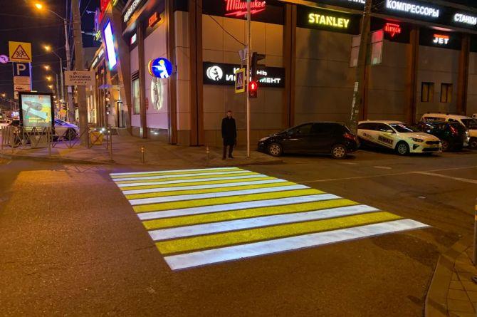 """В Краснодаре оборудовали проекционный пешеходный переход. Разбираем все """"за"""" и """"против"""""""