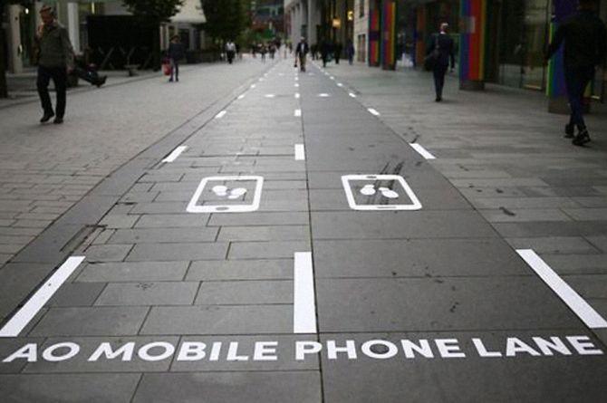 В Манчестере появилась выделенная полоса для пешеходов со смартфонами