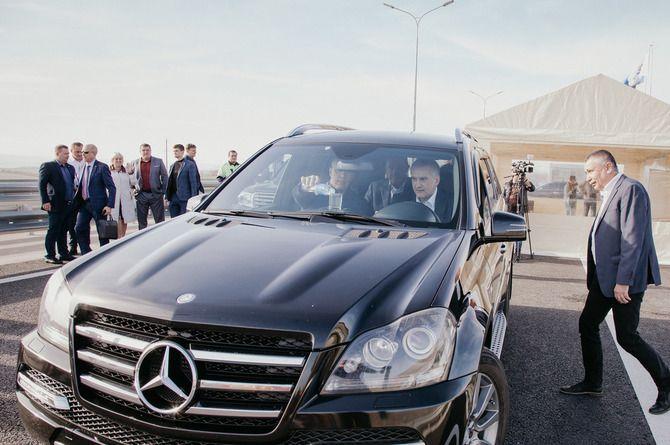 Не пролил: глава Крыма проехал по «Тавриде» на внедорожнике и со стаканом воды