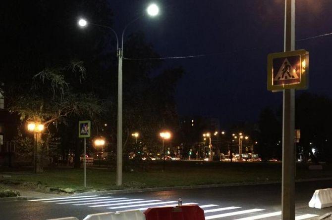 Пешеходы и «зебра» в светодиодах: в Петербурге обустроили инновационный пешеходный переход