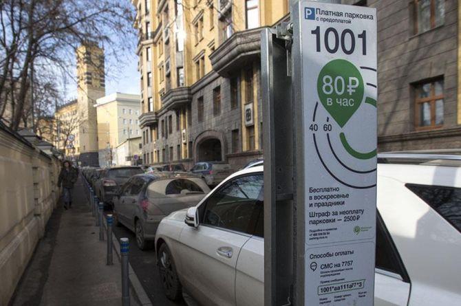 В Москве появятся новые платные парковочные места. Эксперт объяснил, почему это хорошо