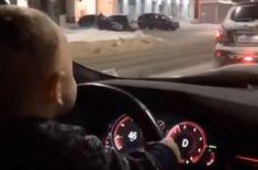 Малыш Йода: в Чебоксарах младенец проехал по проспекту за рулем внедорожника