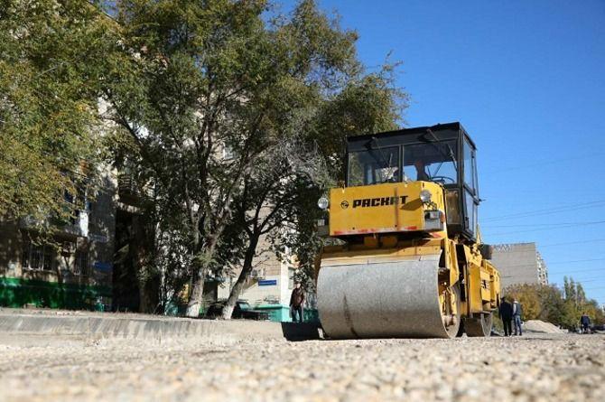 Интенсивный ремонт дорог проходит сразу в нескольких районах Волгограда