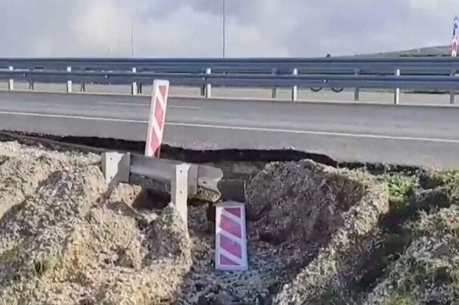 В Крыму рухнула часть трассы Дубки-Левады