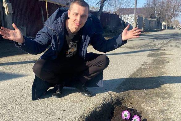 На Сахалине житель решил бороться с дорожными ямами с помощью редиски