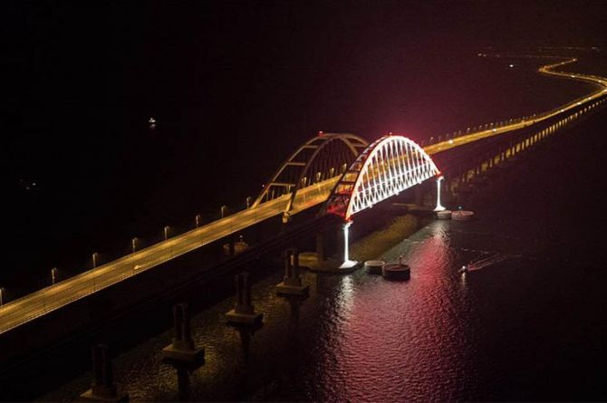 На Крымском мосту зажгли 366 светильников