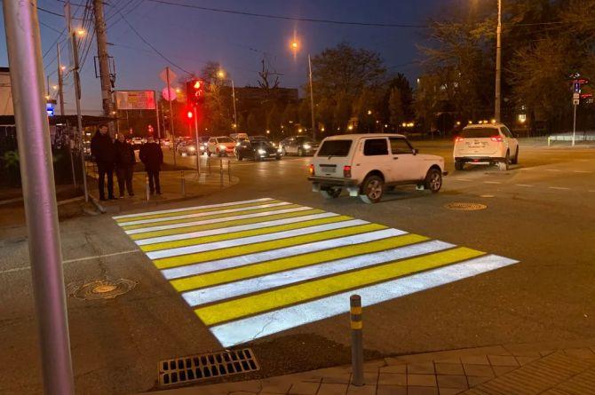 В Краснодаре признали успешным эксперимент с проекционными пешеходными переходами