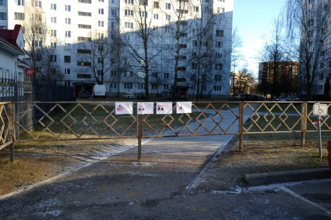 """В Пскове на пешеходной дорожке поставили забор. В ответ на это жители """"повесили"""" на него чиновников"""