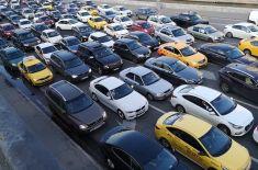 Поют или очень злятся: чем занимают себя российские водители, застряв в пробке?
