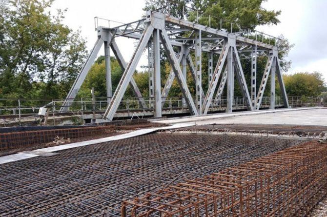 На строящемся мосту в Щёлкове начали укладывать дорожное покрытие