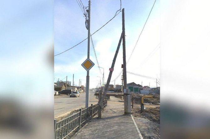 Якутские дорожники уложили асфальт на тротуаре, но забыли перенести опору ЛЭП