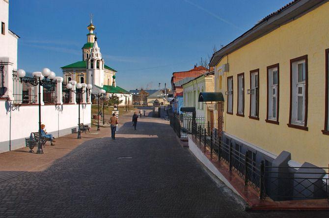 Владимир: новая улица, дорога и автобусные остановки