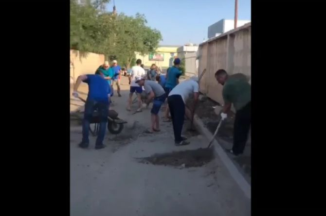 В Астрахани жители сами отремонтировали километр дороги