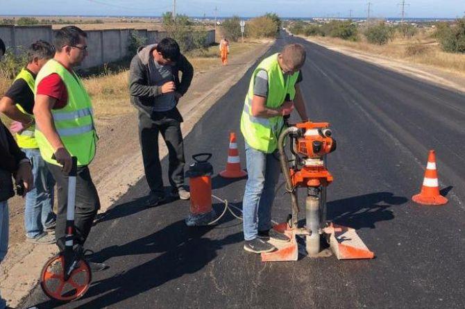 Продолжаются ремонтные работы на автодороге Черноморское — Оленевка в Крыму
