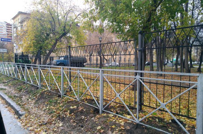 В Новосибирске забор огородили вторым забором