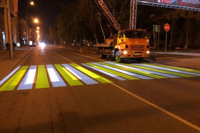 На самой длинной прямой улице в России установили проекционную «зебру»