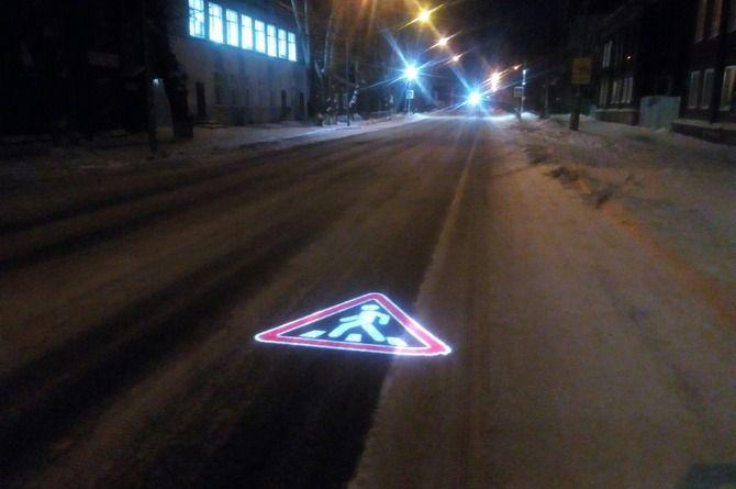 Специальный проектор предупреждает о пешеходном переходе в Томске