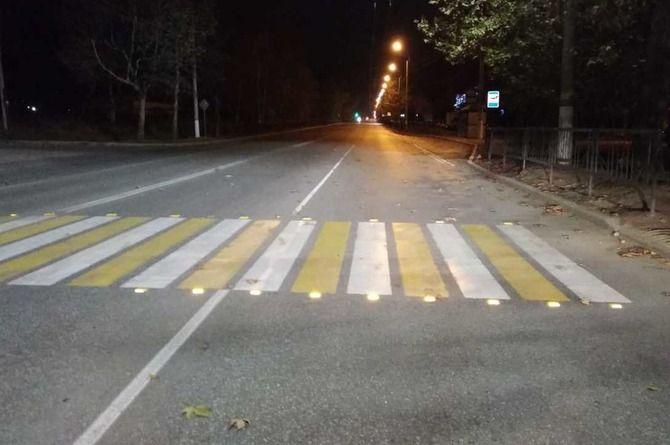 Пешеходный переход в Керчи оборудовали светоотражающими элементами
