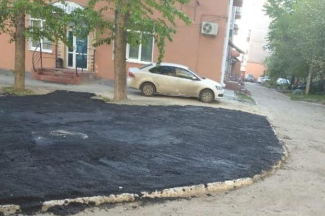 В Омске асфальт уложили поверх газона во дворе