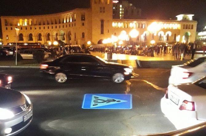 В Ереване дорожные знаки стали проецировать на дороги
