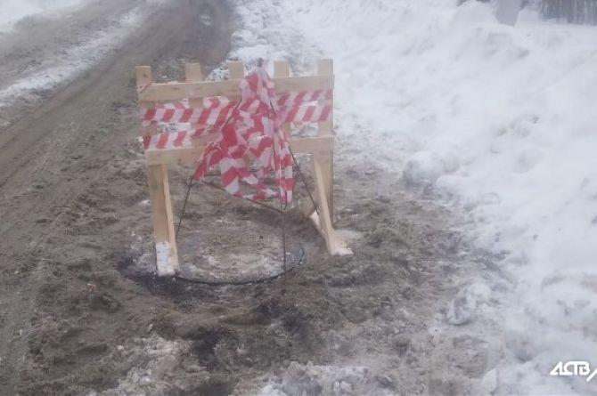 В Южно-Сахалинске ребёнок провалился в двухметровую яму на дороге