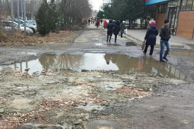 Таганрожец залатал яму на дороге и получил проблемы с местными властями