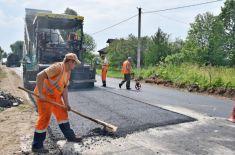 В Новосибирске местный житель ремонтирует дороги с помощью ГИБДД