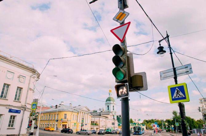 В Москве появились светофоры, разрешающие одновременно переход пешехода и проезд автомобиля